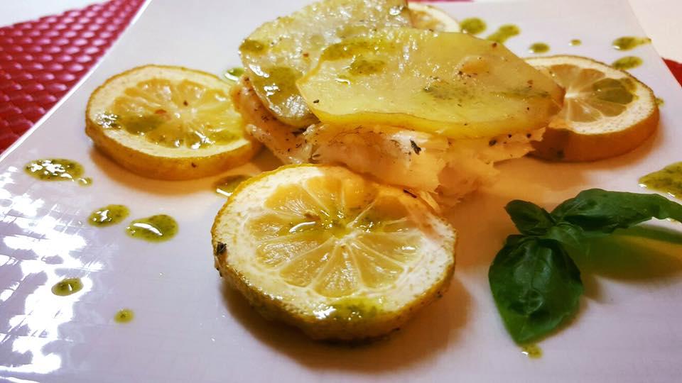 Merluzzo in crosta di patate su letto di limoni con olio al basilico 1