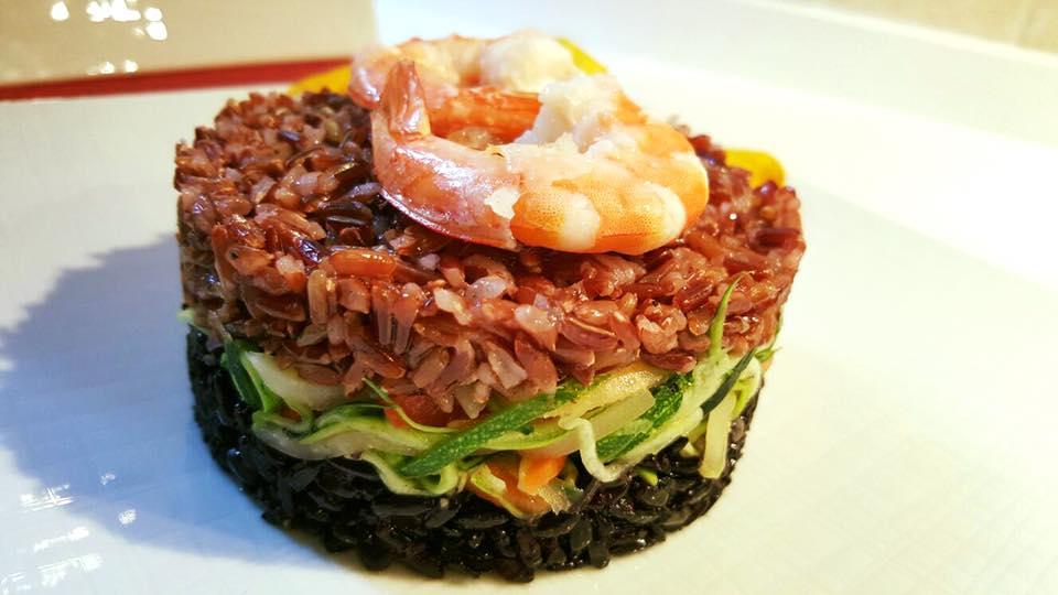 Riso nero vs riso rosso, farciti con fantasia di verdure in agrodolce, top di gamberi fritti.