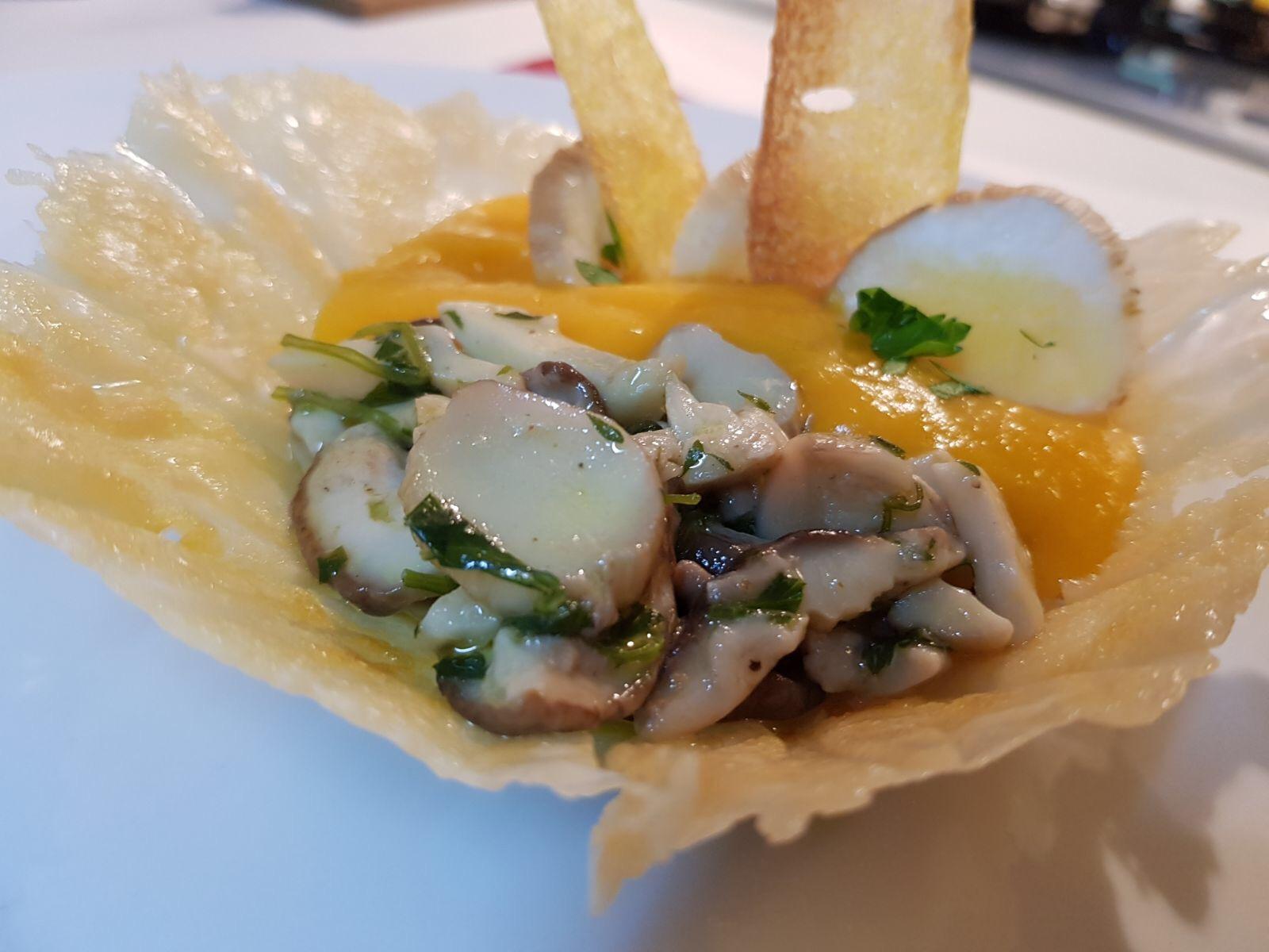 Cestini di parmigiano con crema di zucca e funghi porcini