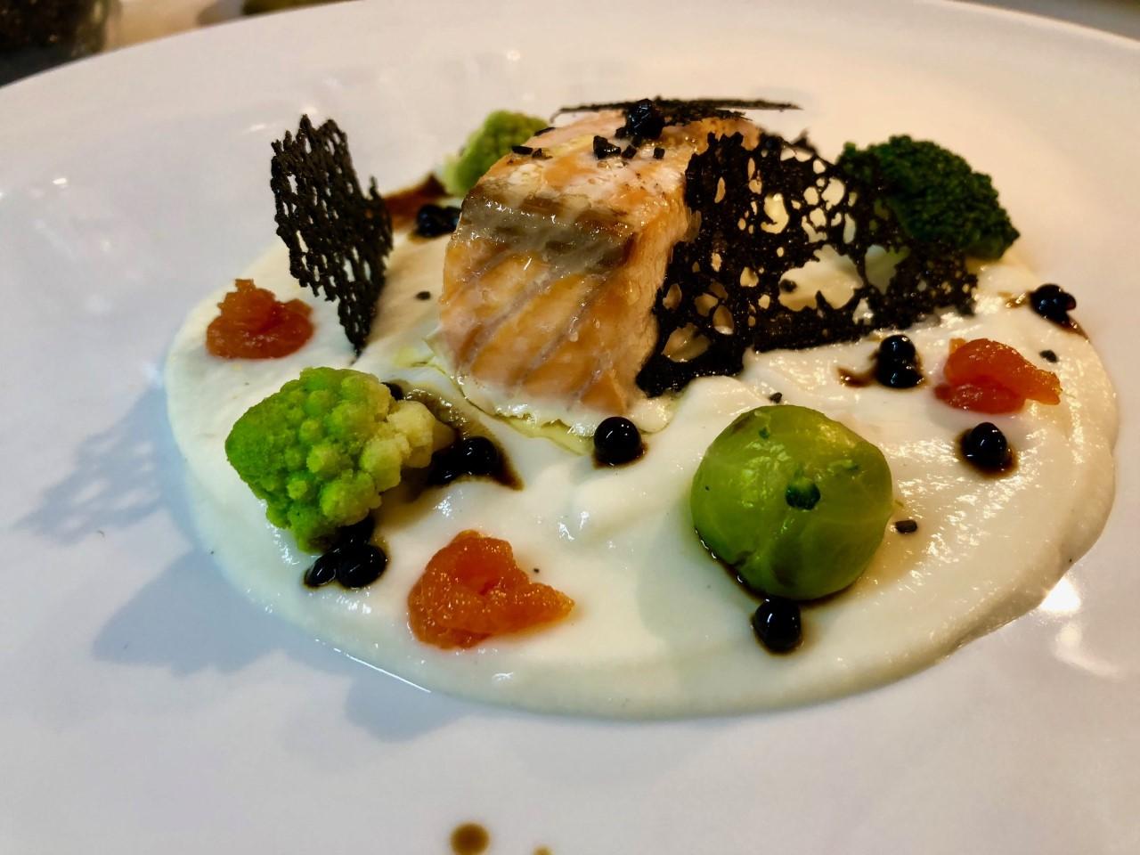 Salmone su vellutata di cavolo bianco senza lattosio