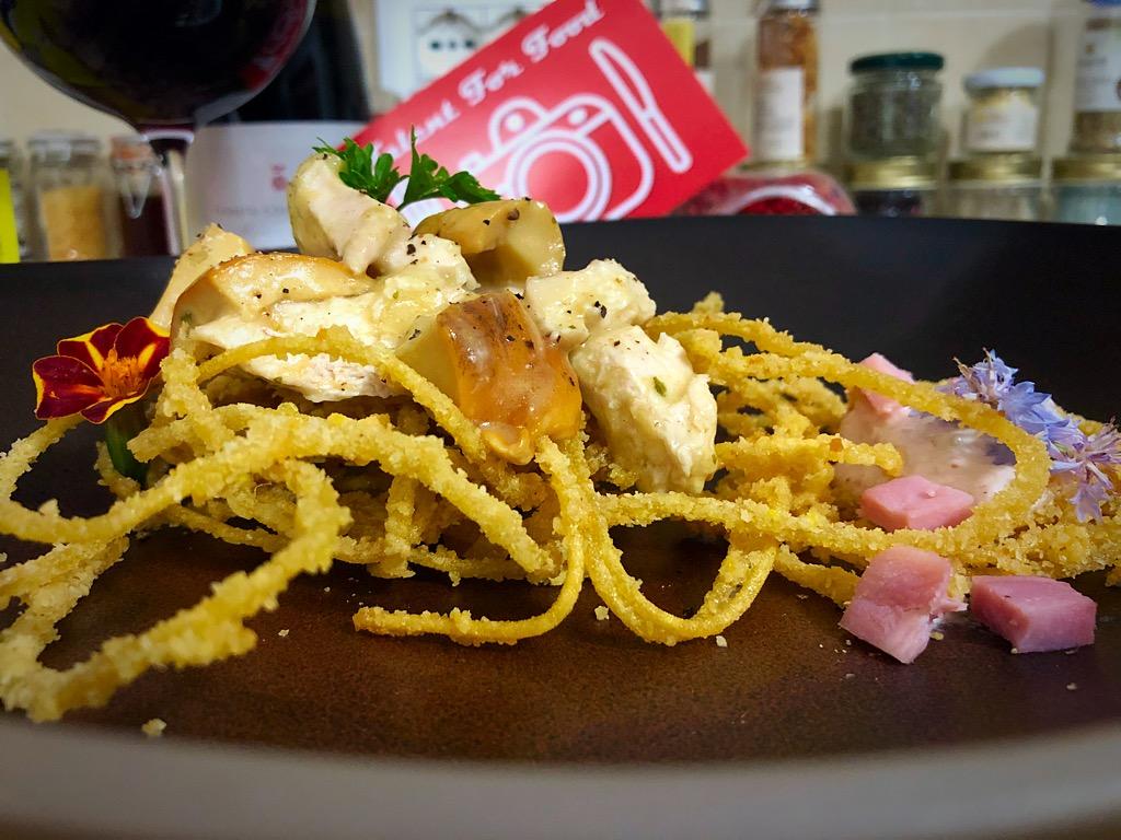 Talernt for Food Insalata di gallina ai funghi porcini su cestino scomposto di bigoli fritti e mousse al prosciutto e robiola di capra 1