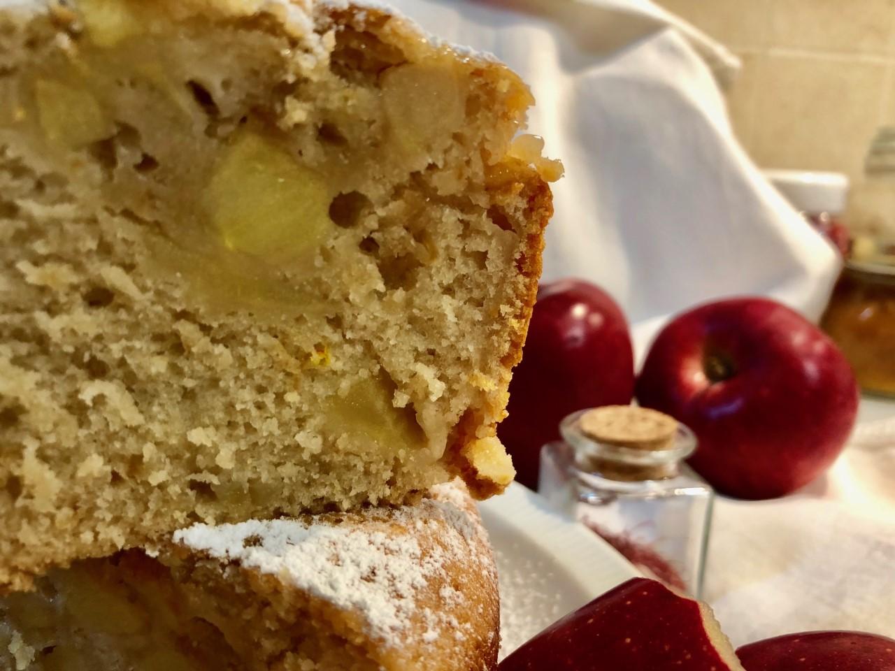 Ciambella alle mele con marmellata di gocce d'oro e zafferano