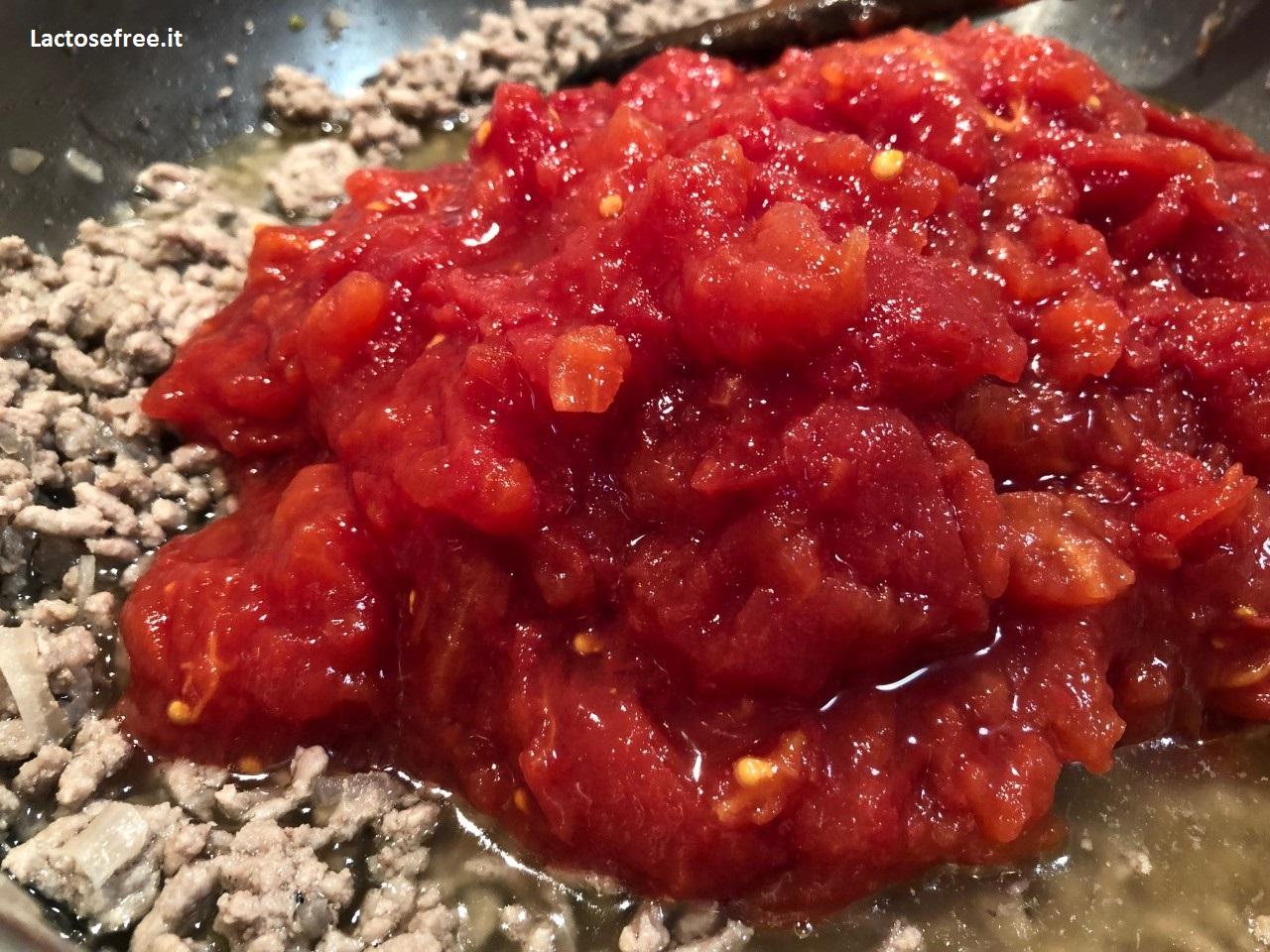 aggiunta della polpa di pomodoro