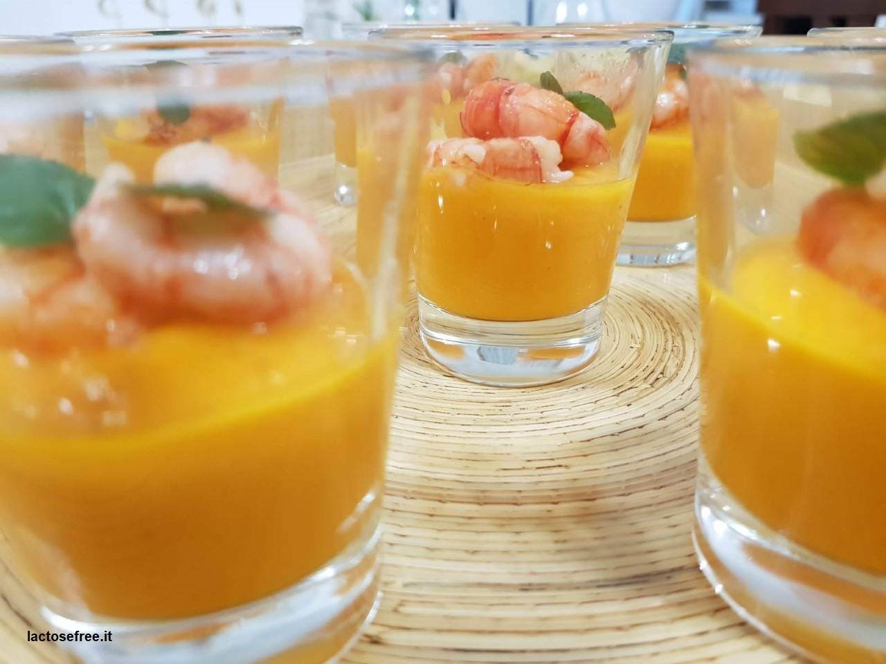 bicchierini finger con gamberi rossi su crema alla papaya