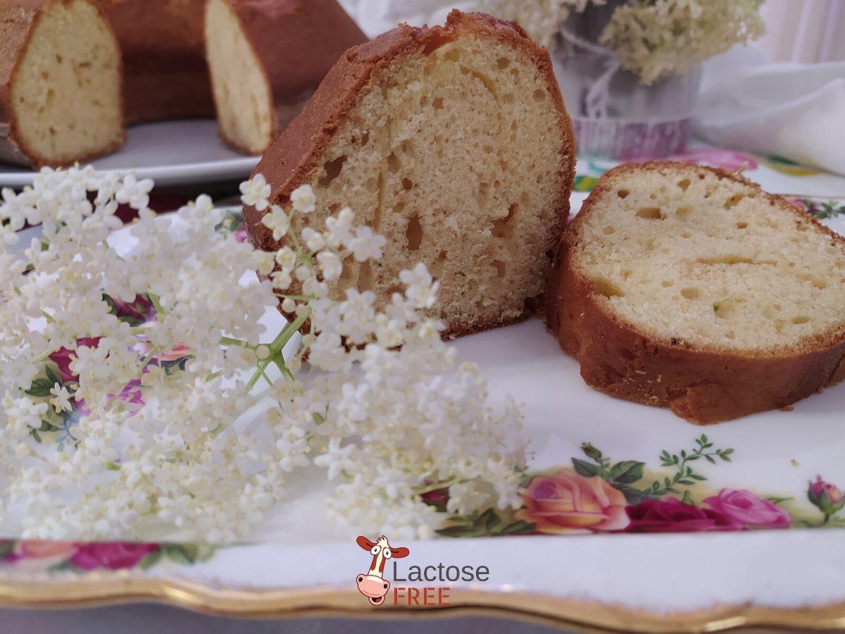Fetta di torta ai fiori di sambuco
