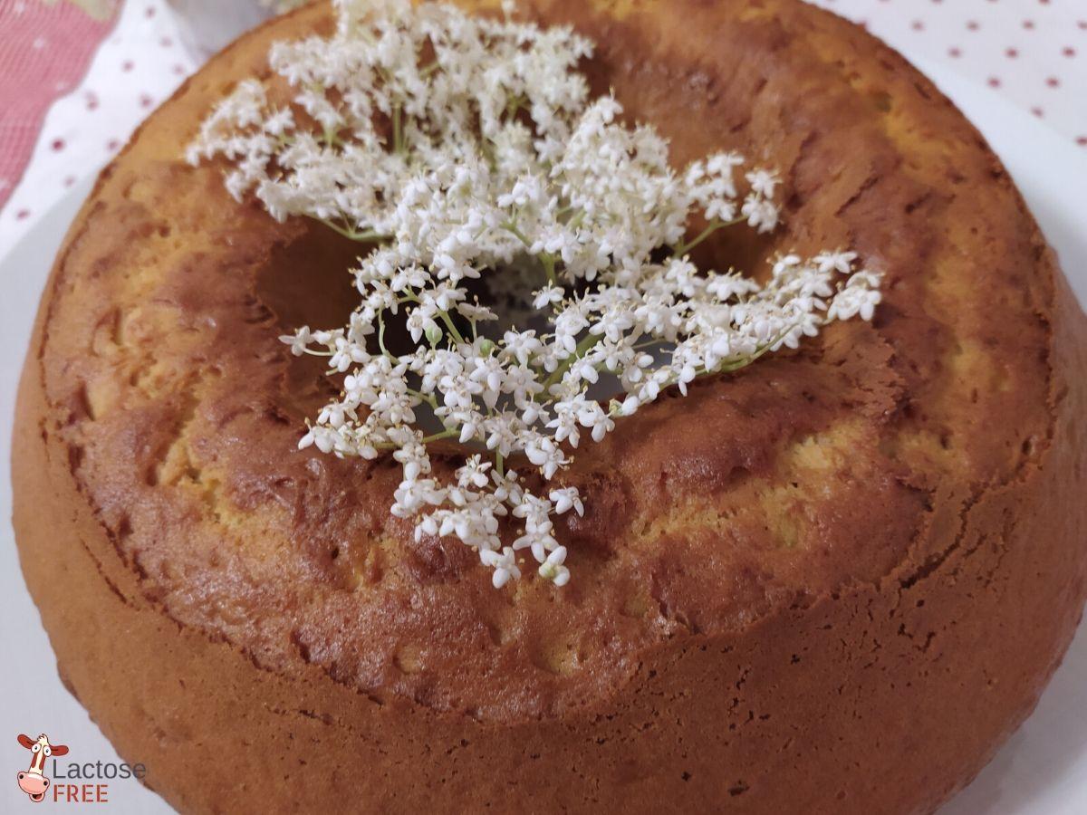Torta con fiori di sambuco
