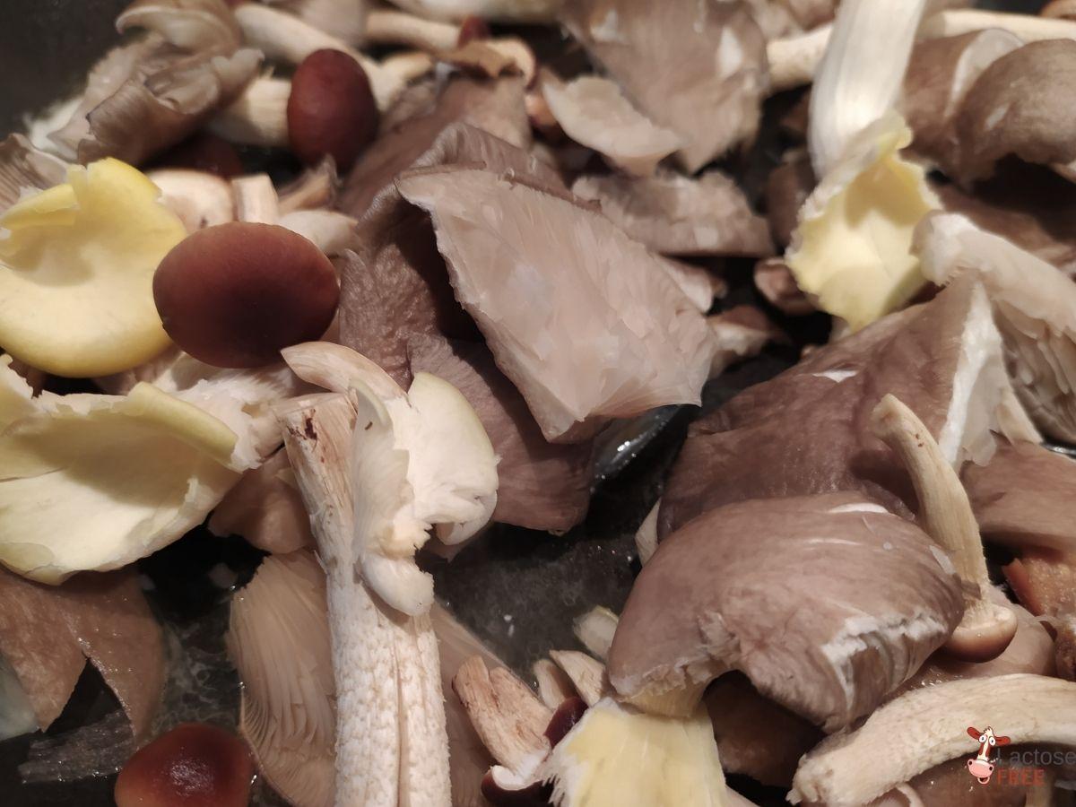 Petto d'anatra su risotto ai funghi, funghi in cottura
